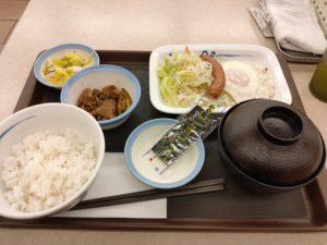松屋(町田店)のソーセージエッグ定食だ。